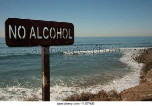 no-alcohol-sign-banning-drinking-on-surfing-beach-near-malibu-north-fjxym5